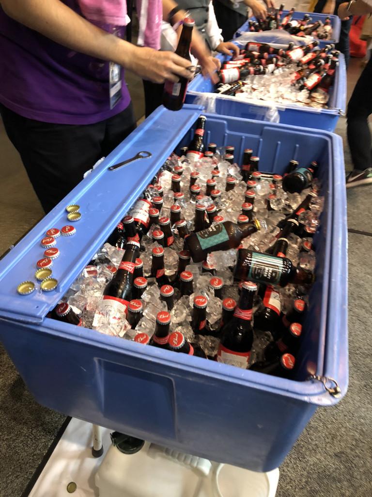 配られるビールたち